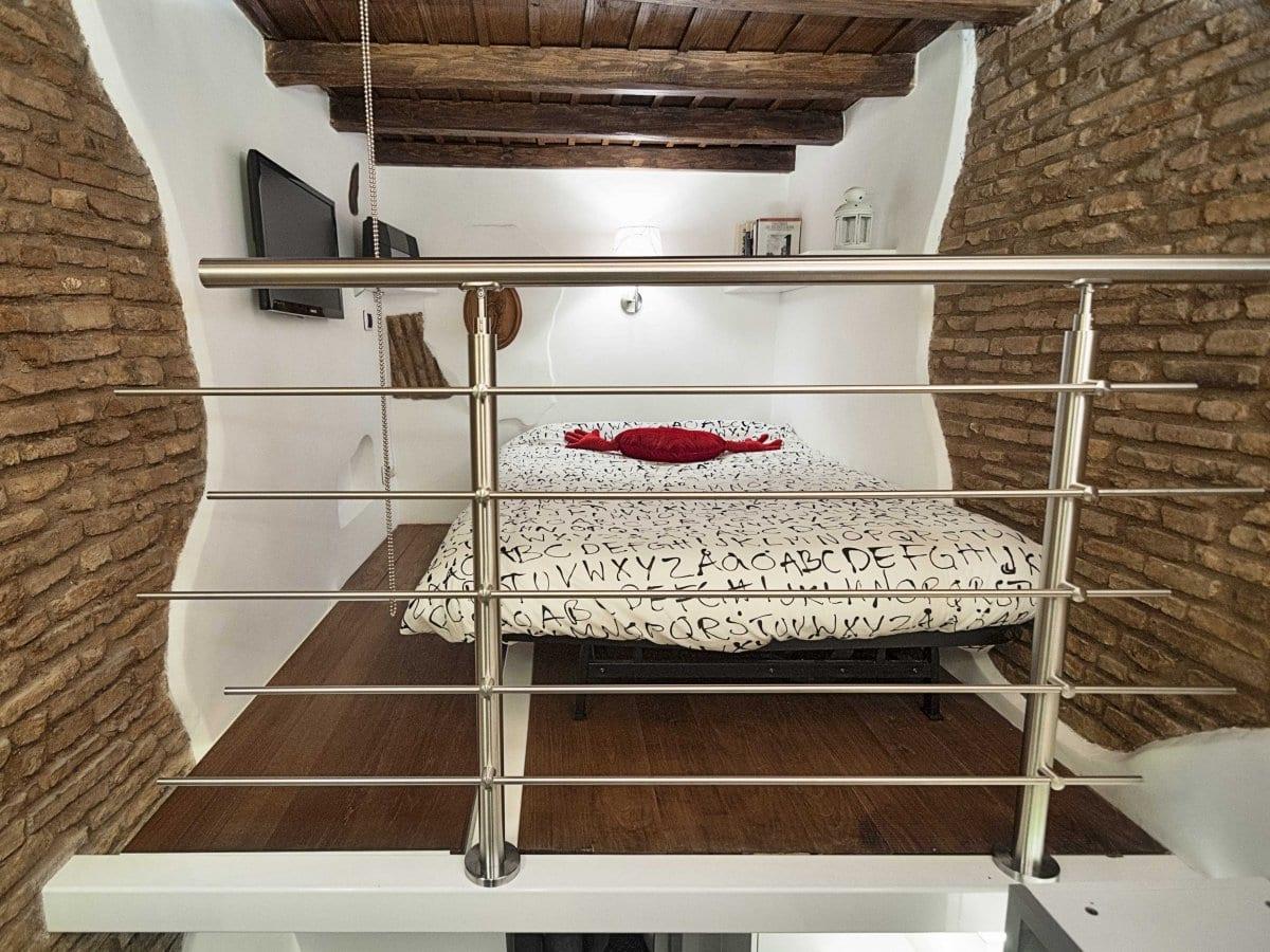 einrichtungsideen für kleine wohnung mit loftbett, steinmauern und holzdecke