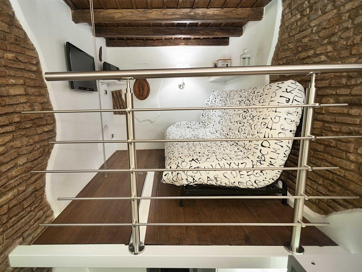 interessante Innenraumgestaltung und Raumkonzepte für kleines wohnzimmer mit sofabett, weiße wandregale und Holzfüßboden