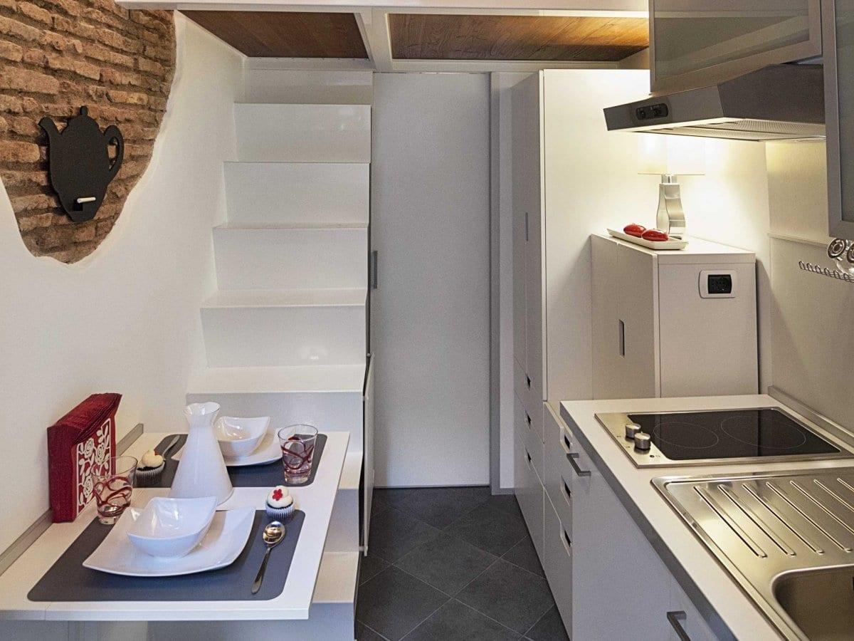 inspiration für kleines und modernes gästezimmer in ron und für kreative raumgestaltung kleiner loft wohnung mit steinmauern und weißer mäblierung