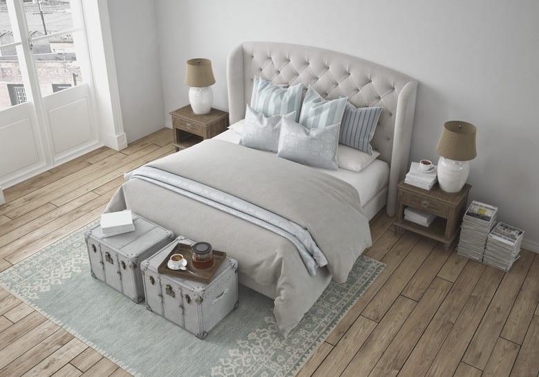 schlafzimmer ideen mit boxspringbetten_gemütliches schlafzimmer gestalten mit parkettboden, doppelbett auf grauem teppich und zwei nachttischen aus holz mit weißen nachttischlampen