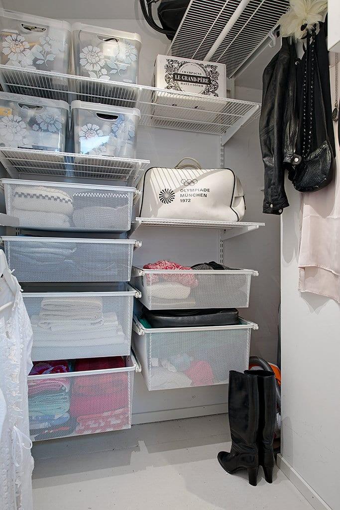 idee für begehbaren Kleiderschrank und für optimale flächenutzung durch wandregalsystem mit aufbewahrungsboxen