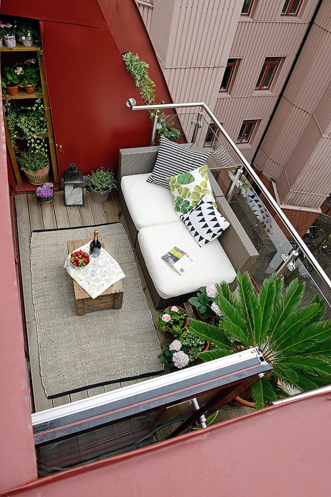 moderne terrassengestaltung im rustikalen stil mit teppich, sofa und vielen pflanzen