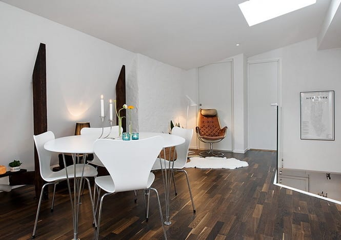 beispiel für modernes wohnesszimmer mit dachfenster, glasbalustrade, holzbohlen und modernem esstisch mit holzstühlen in weiß
