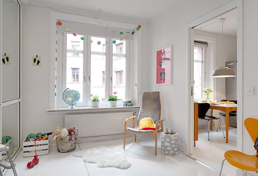 coole kinderzimmergestaltung und dekoration_ideen für weiße kinderzimmer farbgestaltung mit holzstühl und pelz