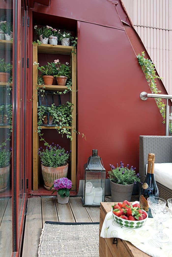 eine traumterrasse und tolle idee für terrassengestaltung mit holzregal in wandnische als blumengestell