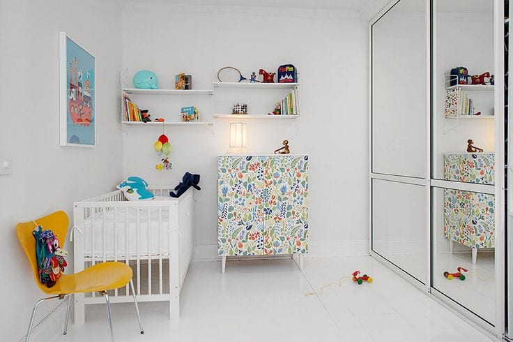 babyzimmer und kinderzimmer einrichten mit eingebautem kleiderschrank mit spiegeltüren, kommode mit Blumen-muster und weißem gitterbett