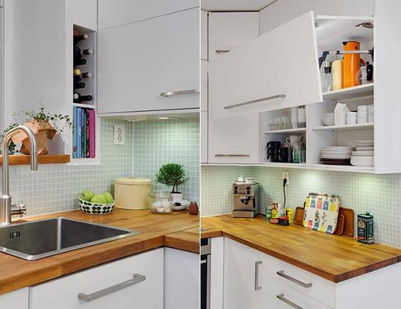weiße küche modern gestalten mit glasmosaik, arbeitsbereich mit holzplatte und wandschränke mit klapptüren