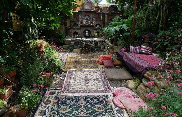 interessante Gartengestaltung mit kies und teppichen