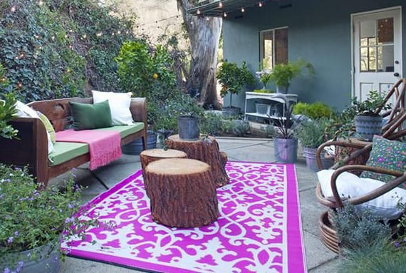 kreative ideen für gartengestaltung und bohemian garden mit holz-gartenbank und teppich in rosafarbe