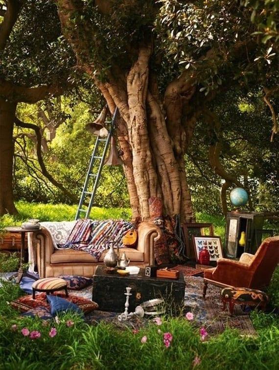 kreative idee für gartendeko mit alten vintage-möbeln und gegenständen als inspiration für einen boho-garten
