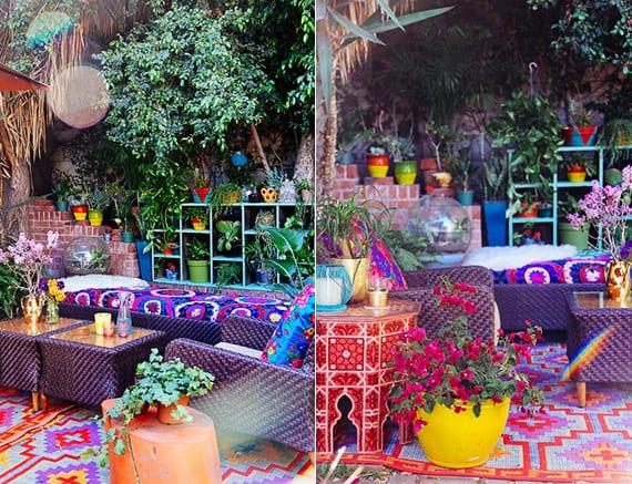 terrasse gestalten im boho style mit blauen holzregal als blumengestell, diy beistelltisch aus baumstumpf und buntem teppich mit muster