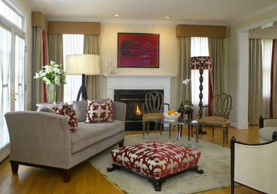 wohnzimmer einrichtungsideen mit ottomanen_graue tagesbett, und polsterhocker auf parkettboden und doppelseitige vorhänge in rot und grau