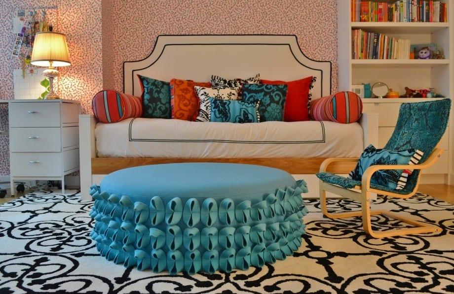 mödchen zimmer ideen mit bett-soffa und rundem polsterhocker in blau auf schwarz-weißem teppich