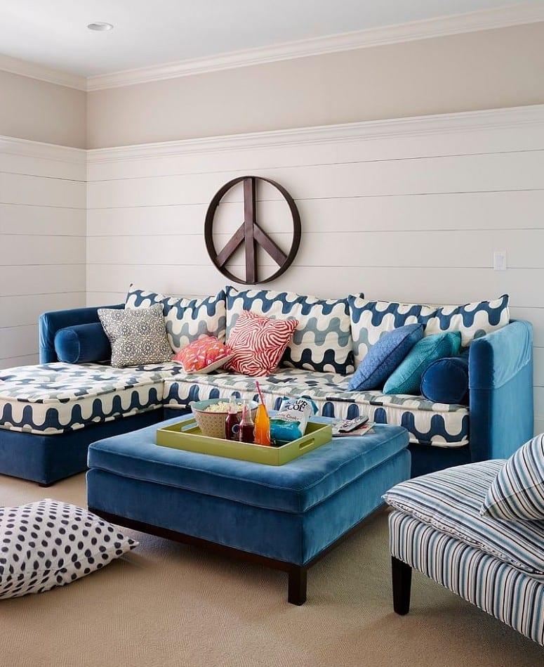 kleines wohnzimmer einrichten mit blauem ecksofa und Plüsch-Ottomane_frische farbgestaltung wohnzimmer in weiß und blau