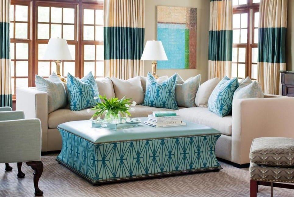 wohnzimmer gestalten in hellblau und weiß und mit ottomane-couchtisch und ecksofa einrichten