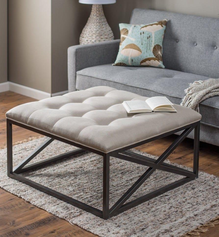 kleines wohnzimmer einrichten mit sofa grau und metallcouchtisch mit schaumstoffpolster