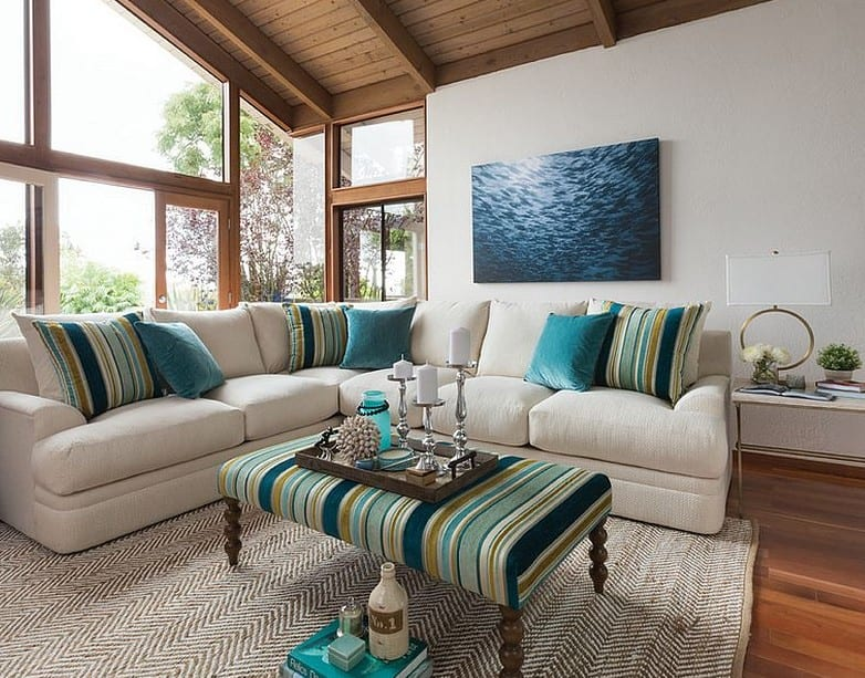 modernes wohnzimmer mit weißem ecksofa und ottomane-kaffeetisch in blauem Streifenmuster