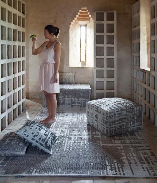 orientalisches Wohnzimmer design in grau mit teppich und polsterhockern mit einem Stich-Muster