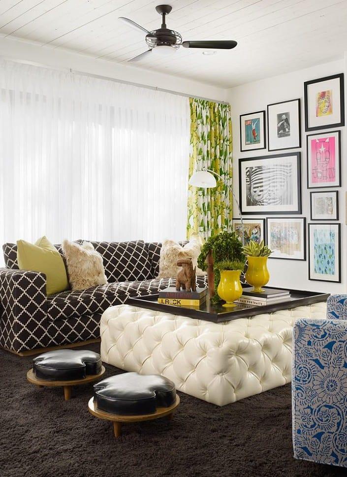 moderne einrichtungsidee für kleines wohnzimmer mit teppich schwarz, gemustertem Sofa und weiße ottomane