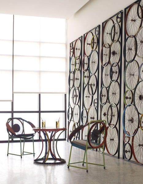 kreative wandgestaltung mit paneele und diy möbel aus fahrradfelgen in verschiedenen farben