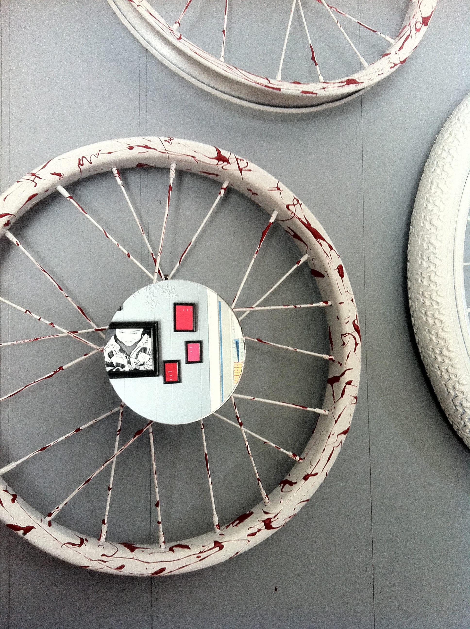 tolle idee für diy wanddeko mit weißen fahrrädern und kleine runden spiegeln