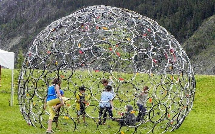 kuppel aus fahrradfelgen bauen als kreative recycling idee und kinderspielplatz