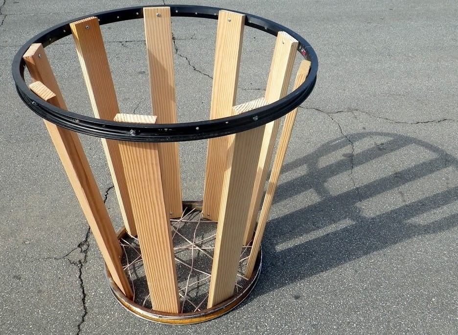 bauen sie holzeimer mit fahrradfelgen als idee für diy gartenmöbel und verwertung alter fahrradfelgen