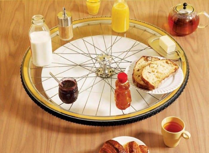 tisch decken mit selbstgemachte runde servierplatte aus fahrrad und glas