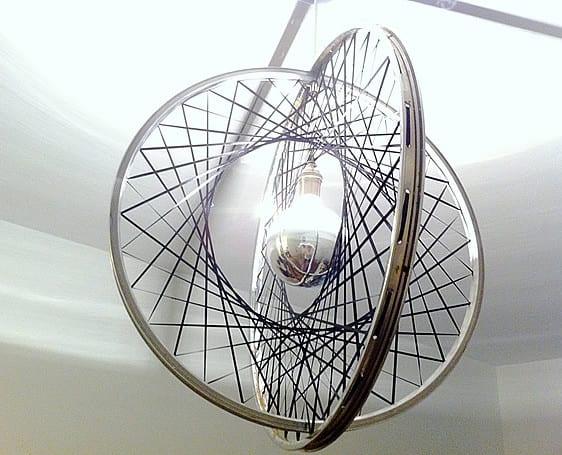 moderne lampe selber bauen aus fahrradfelge_tolle bastelidee für designer pendellampe