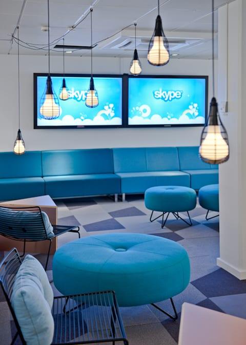 idee für modernes interior mit blauen seats and sofas und coolen pendellampen schwarz