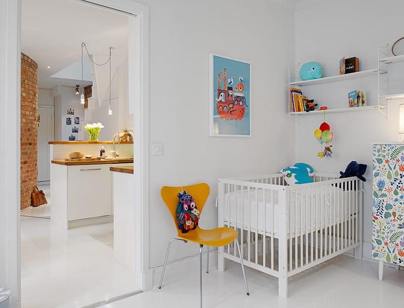 babyzimmer ideen mit weißem gitterbett, weißen wandregalen und holstühl