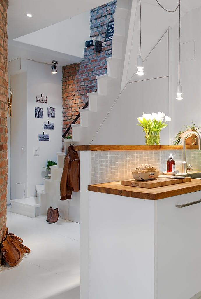 moderne maisonette mit offener Küche und Treppe in weiß_ideen für moderne einrichtung und gestaltung kleiner wohnung