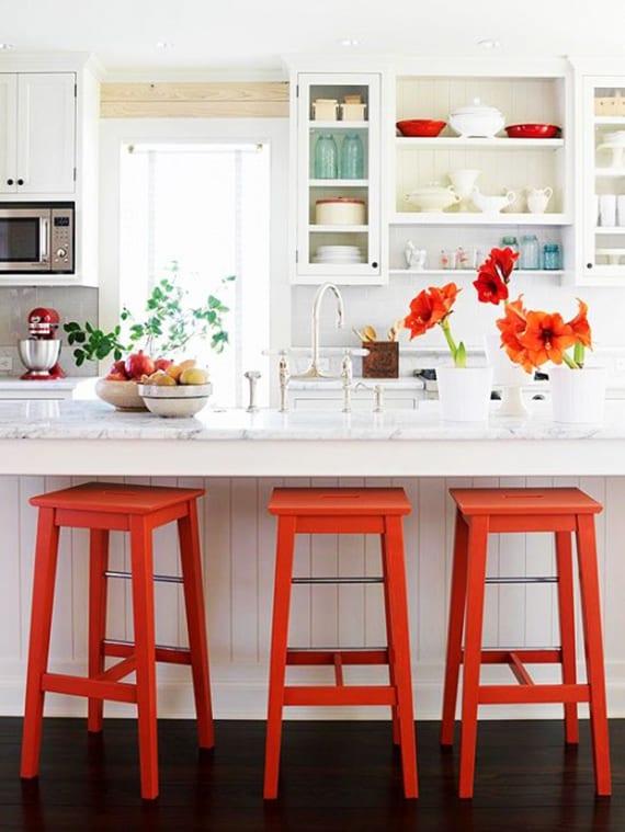 weiße küchen aktuel einrichten mit bar theke aus holz und granit und mit quadratischen roten barhockern und roten blumen