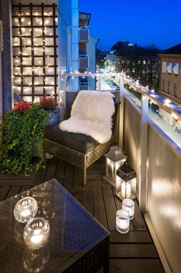 balkongestaltung mit lichterkette, kerzenhalter und gartenlaternen