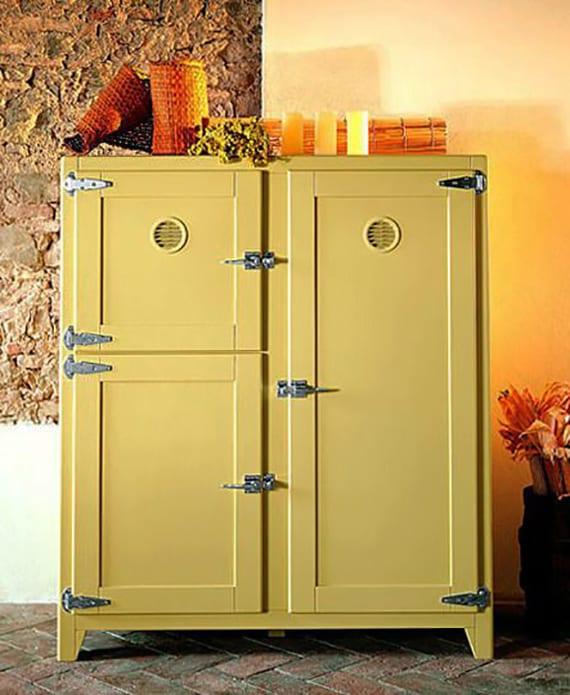 retro kühlschrank mit holzschranktüren in gelb für küche im retrostil mit steinwand