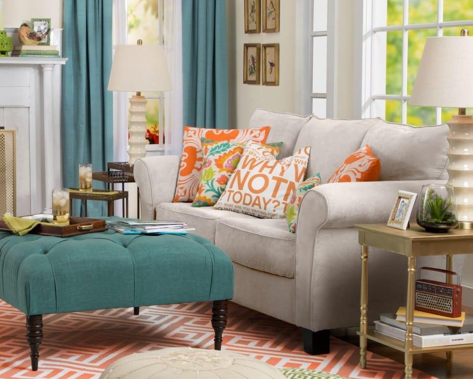 blauer ottoman-hockertisch auf rotem teppich in kombination mit sofa in beige als idee für moderne Einrichtung kleiner wohnzimmer