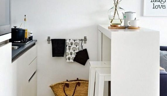 komfortable wohnk che in kleiner wohnung mit bar tecke wei freshouse. Black Bedroom Furniture Sets. Home Design Ideas