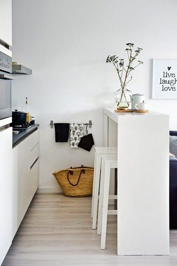 wohnküche ideen mit weißem bar und barhockern als raumteiler in 1 zimmer wohnung