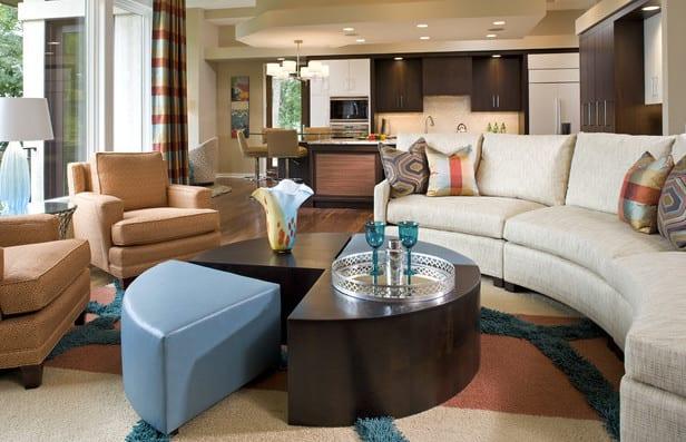 wohnzimmer gestalten in hellrosa und dunkelbraun_wohnesszimmer ideen mit gerundetem sofa weiß und modularem Rundtisch