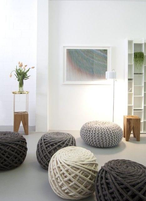 modernes Interior gestalten mit runden Ottomanenhockern in weiß und grau