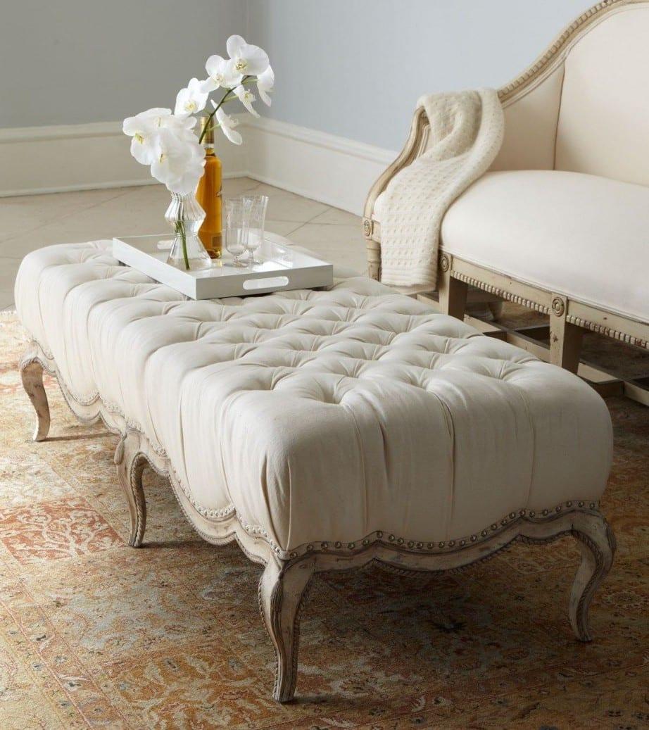 wohnzimmer einrichtungsideen in weiß mit gepolstertem kaffeetisch weiß und rustikalem sofa weiß