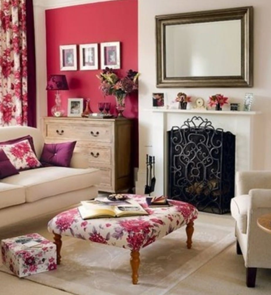wohnzimmer farbgestaltung mit wandfarbe pink und mit rosen gemustertem textilwaren