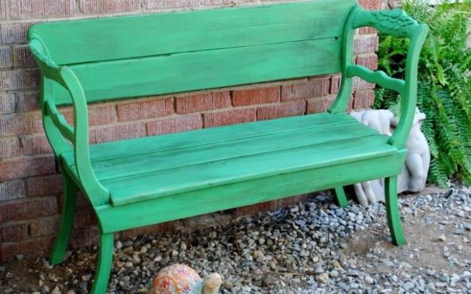 kreative idee für diy gartenbank grün aus holzstühlen und brettern