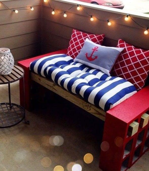 maritim terrassengestaltung mit diy sitzbank aus roten betonziegeln mit polster und kissen in blau, weiß und rot