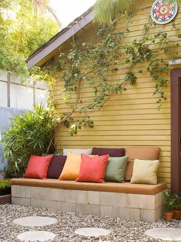garten ideen für gartenweg mit runden beton-trittsteinen im kies und diy gartenbank aus betonziegeln