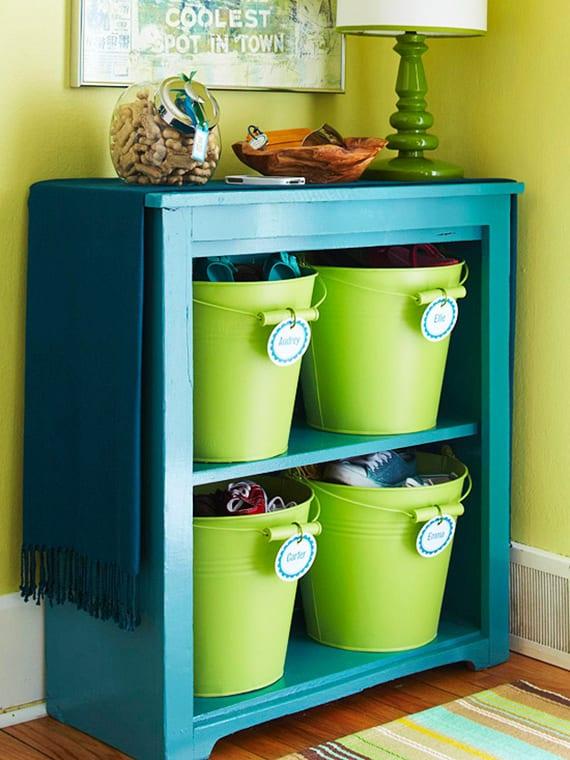 farbgestaltung flur mit wandfarbe grün und Holzregal blau_kreative Idee für DIY schuhschrank mit grünen Metalleimern