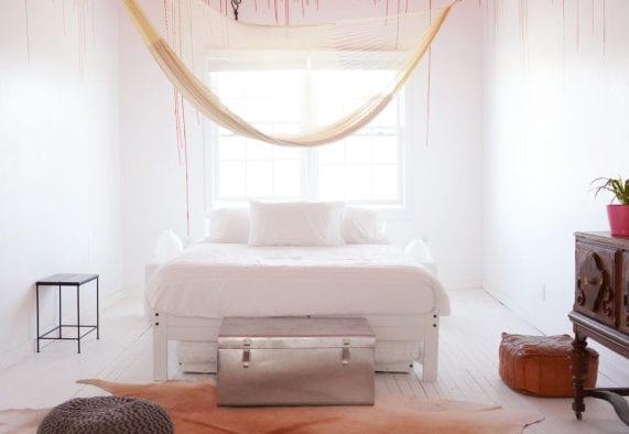 schlafzimmer streichen idee mit wandfarbe rot_kleines schlafzimmer weiß mit holzbett weiß und kuhfellteppich auf holzfußboden weiß