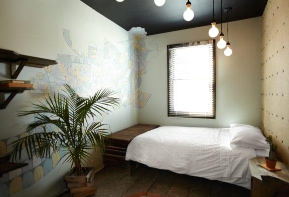 coole schlafzimmer ideen für kreatives schlafzimmer design mit decke schwarz, rustikalem holzfußboden, diy nachttisch holz und pendellampen