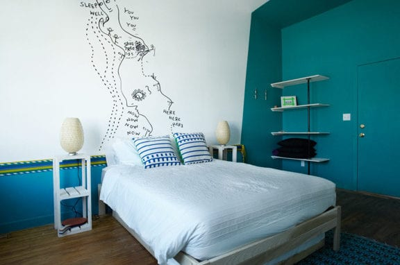 coole schlafzimmer farben und kreatives schlafzimmer design mit holzbett und weißen wandregalen_interessante wandgestaltung mit wandfarbe blau und handzeichnung