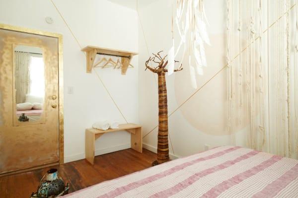 schlafzimmer design in gold und weiß_kleines schlafzimmer mit zimmertür in patina gold und mit spiegel